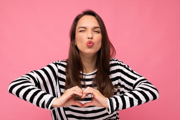 Giovane donna castana abbastanza carina felice sexy adorabile positiva con emozioni sincere che indossa casual