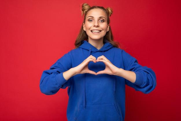 Giovane bella donna sorridente felice positiva con emozioni sincere che indossa vestiti alla moda