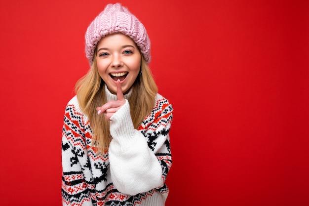 Giovane bella donna sorridente felice positiva con emozioni sincere