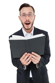 Giovane predicatore leggendo dalla bibbia