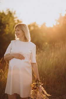 Giovane donna incinta nel parco
