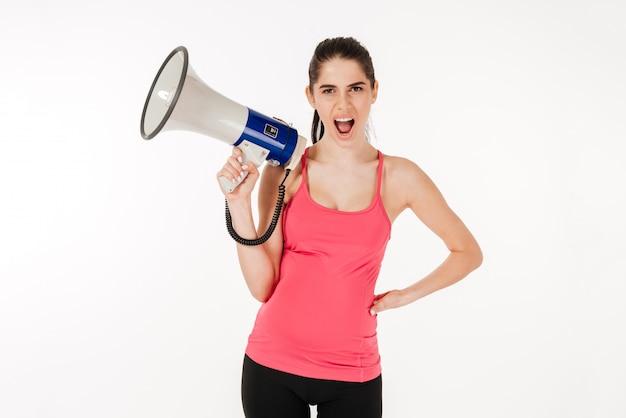 Giovane donna incinta che grida in megafono