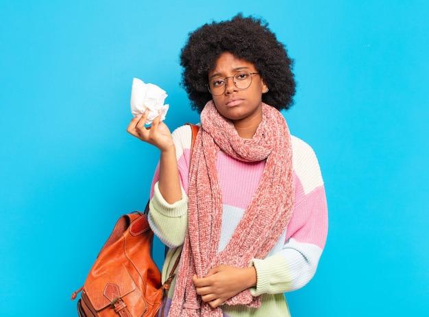 Concetto di influenza o malattia della giovane donna abbastanza afro