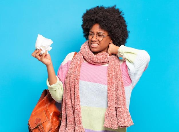 Concetto di influenza o malattia di giovane donna abbastanza afro
