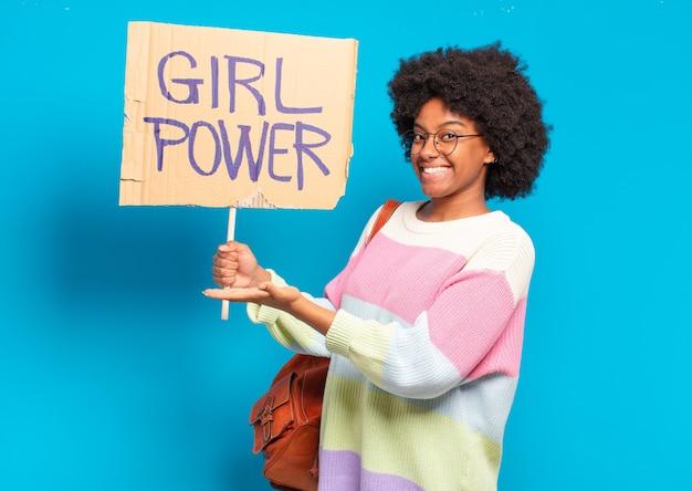 Concetto di potere della ragazza della giovane donna abbastanza afro