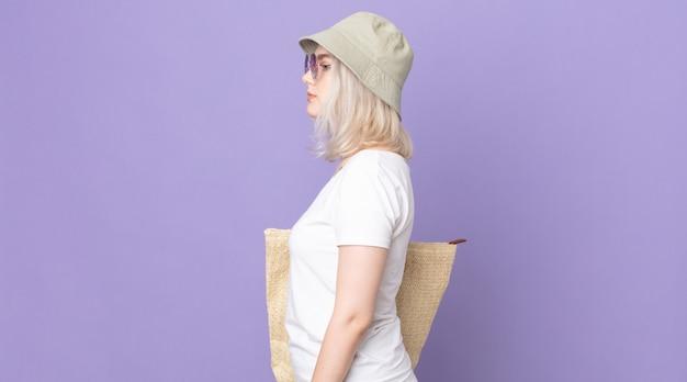 Giovane bella donna albina sulla vista di profilo pensando, immaginando o sognando ad occhi aperti. concetto di estate