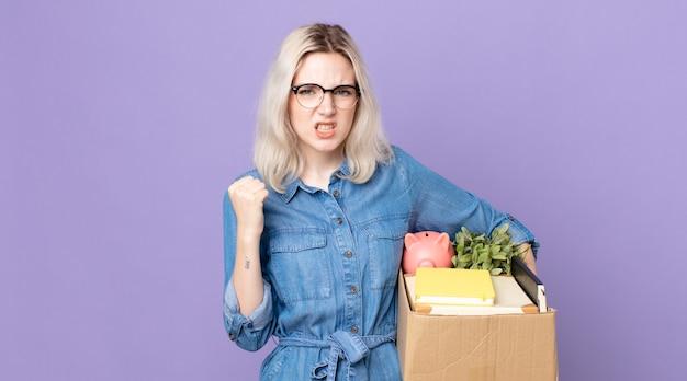 Giovane bella donna albina che grida in modo aggressivo con un'espressione arrabbiata. concetto di licenziamento