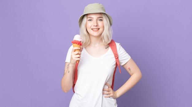 Giovane bella donna albina che sorride felicemente con una mano sull'anca e fiduciosa .concetto estivo