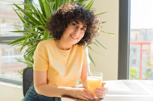 Giovane e bella donna araba facendo colazione a casa