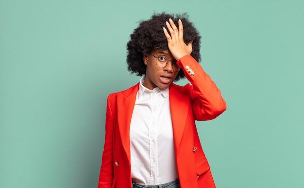 Giovane imprenditrice piuttosto nera che schiaffeggia la fronte