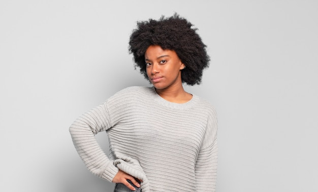 Giovane donna piuttosto nera in posa e alla ricerca