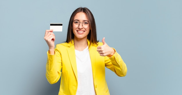 Piuttosto giovane imprenditrice con una carta di credito