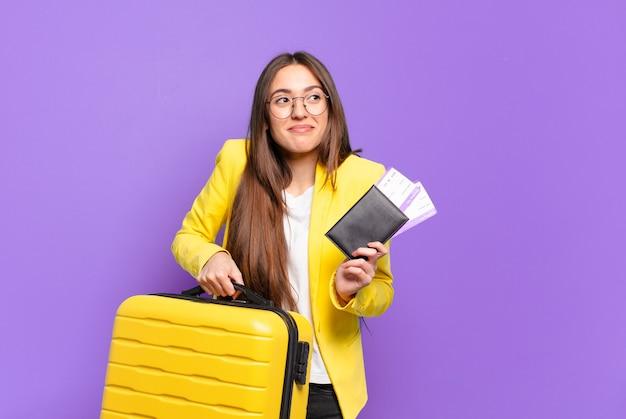 Piuttosto giovane imprenditrice con una valigia