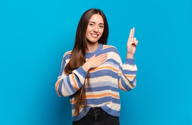 Giovane donna abbastanza casual che sembra felice, sicura di sé e degna di fiducia