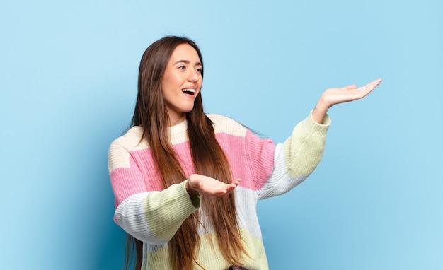 Giovane donna piuttosto casual che esegue l'opera o canta a un concerto o uno spettacolo, sentendosi romantica, artistica e appassionata
