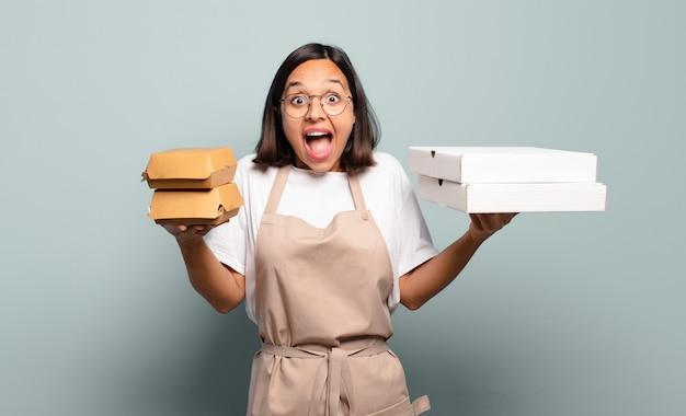 Giovane donna graziosa del cuoco unico. concetto di fast food