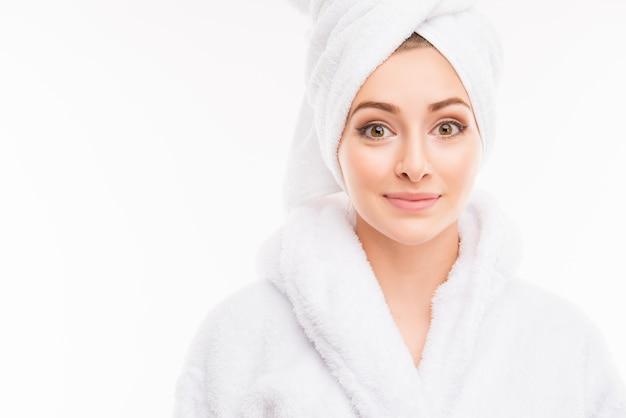 Giovane ragazza abbastanza carina con un asciugamano in testa