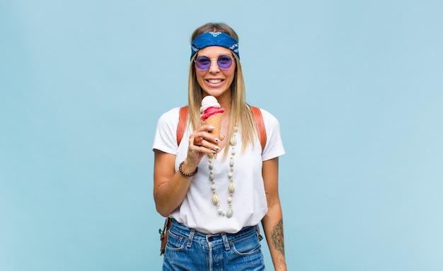Giovane donna piuttosto hippie con una borsa di pelle e un gelato.