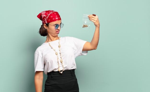 Giovane donna piuttosto hippie