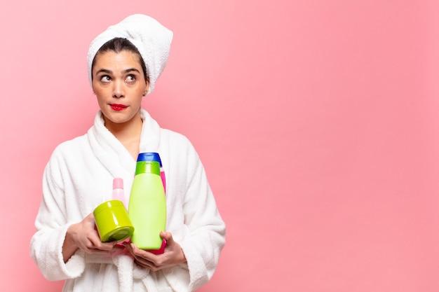 Giovane donna piuttosto ispanica. concetto di prodotti doccia espressione confusa