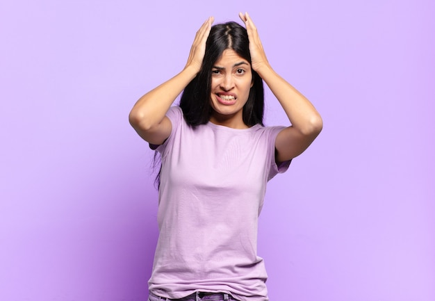 Giovane bella donna ispanica che si sente frustrata e infastidita, malata e stanca del fallimento, stufo di compiti noiosi e noiosi