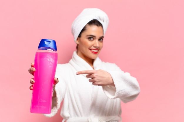 Giovane donna abbastanza ispanica. espressione felice e sorpresa. concetto di prodotti per la doccia