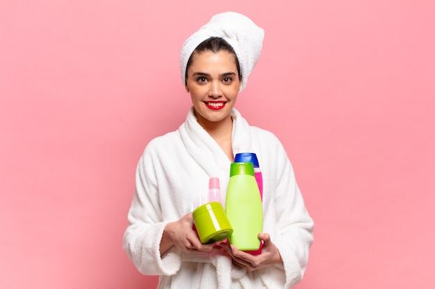 Concetto di prodotti per la doccia con espressione felice e sorpresa di giovane donna ispanica graziosa