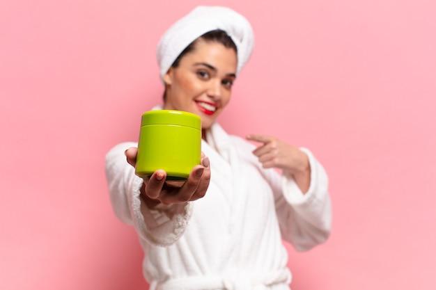 Giovane donna abbastanza ispanica. concetto di prodotti per la doccia con gesto di puntamento