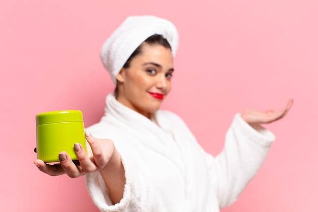Giovane donna abbastanza ispanica. concetto di prodotti per la doccia con espressione orgogliosa e felice