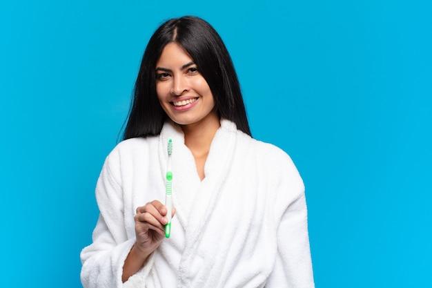Giovane donna piuttosto ispanica. con uno spazzolino da denti