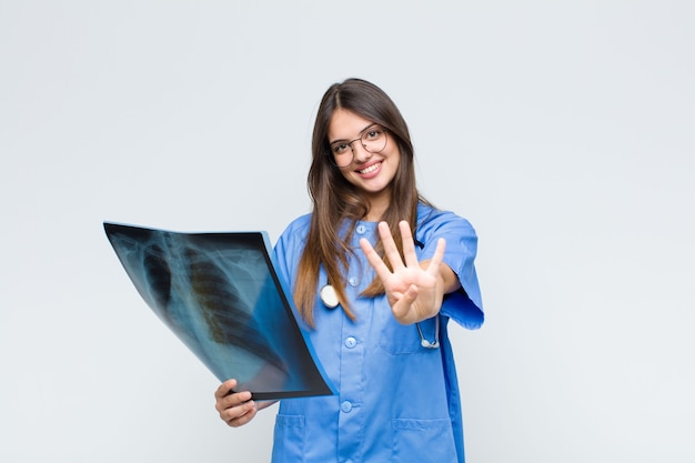 Giovane medico carino con una scintigrafia ossea