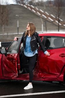 Giovane donna abbastanza spaventata dopo aver avuto un incidente d'auto