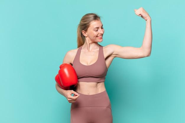 Giovane bella donna sportiva che celebra con successo una vittoria e la boxe