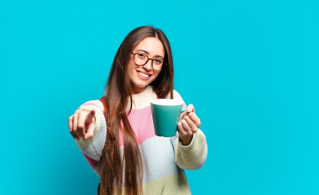 Giovane donna graziosa studentessa con una tazza di caffè