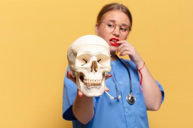 Giovane donna graziosa espressione confusa infermiera concept