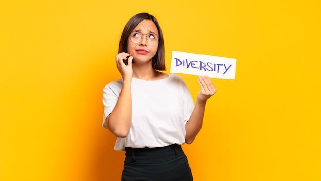 Giovane bella donna concetto di diversità