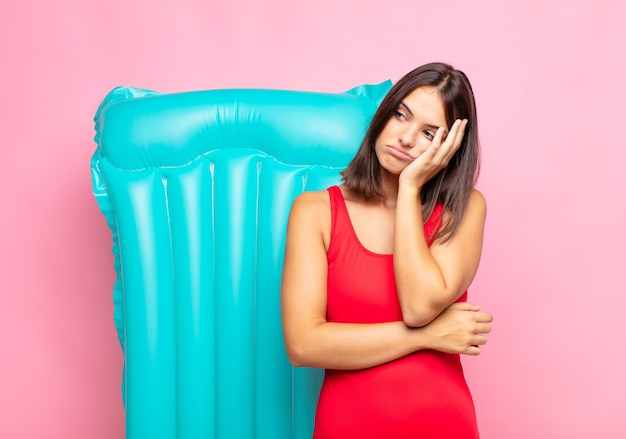 Giovane donna graziosa che si sente annoiata, frustrata e assonnata dopo un isolato faticoso