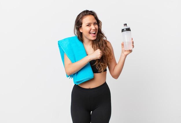 Giovane bella donna che si sente felice e affronta una sfida o festeggia. concetto di fitness