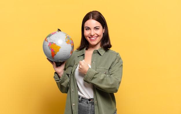 Giovane bella donna che si sente felice, positiva e di successo, motivata quando affronta una sfida o celebra buoni risultati