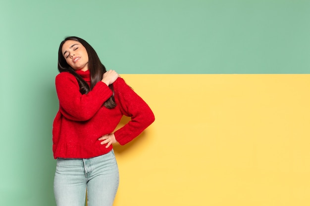Giovane bella donna che si sente stanca, stressata, ansiosa, frustrata e depressa, che soffre di dolori alla schiena o al collo. copia spazio per posizionare il tuo concetto