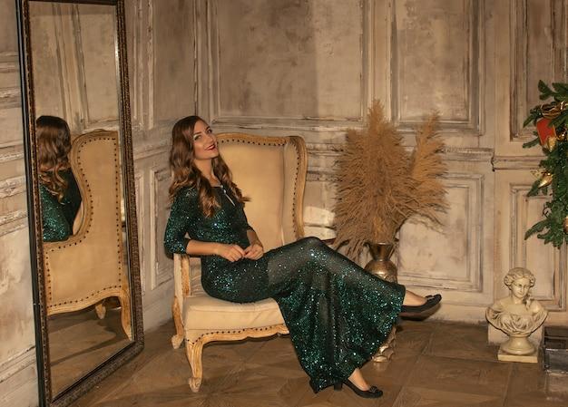 Giovane donna graziosa in primo piano scintillante verde del vestito