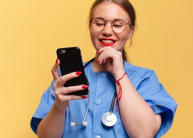 Giovane donna graziosa. concetto di infermiera espressione felice e sorpresa