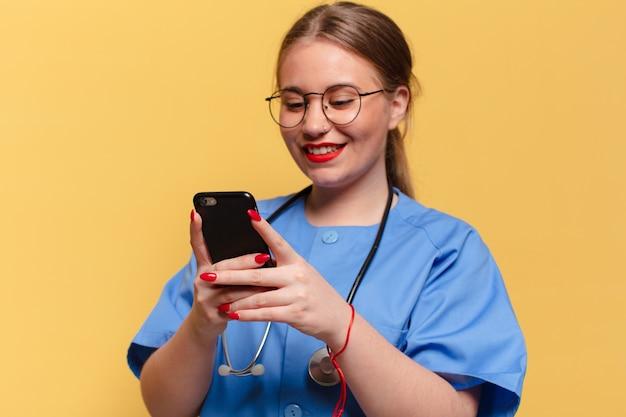 Giovane donna graziosa. espressione felice e sorpresa. concetto di infermiera
