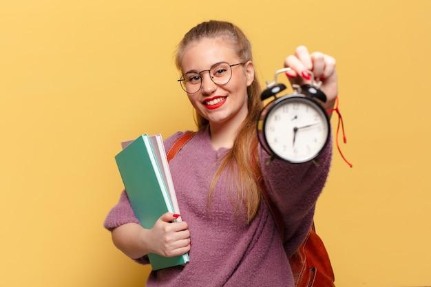 Giovane donna graziosa. espressione felice e sorpresa. concetto di studente