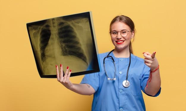 Giovane donna graziosa che tiene una radiografia