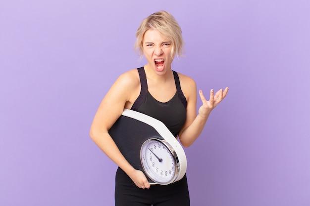 Giovane donna graziosa che sembra arrabbiata, infastidita e frustrata. concetto di dieta