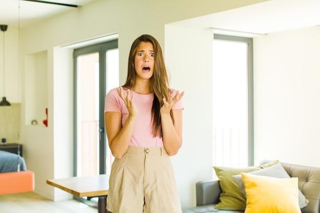 Giovane donna graziosa che sembra disperata e frustrata, stressata, infelice e infastidita, gridando e urlando
