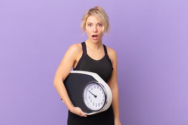 Giovane donna graziosa che sembra molto scioccata o sorpresa. concetto di dieta