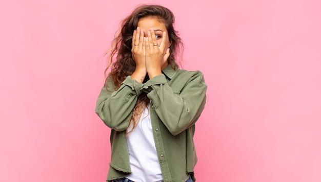 Giovane donna graziosa su sfondo rosa