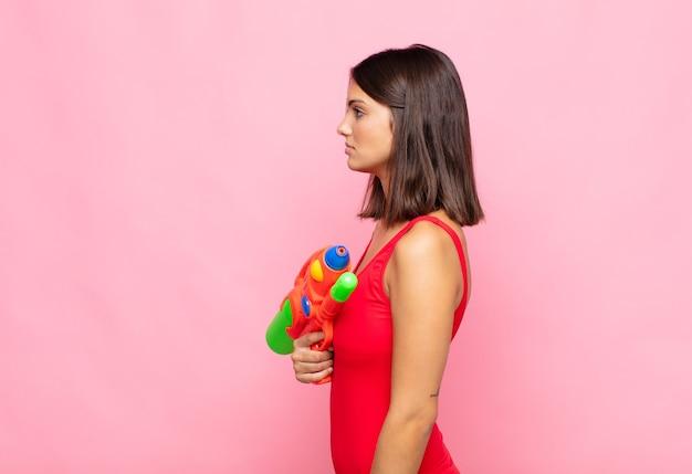 Giovane donna graziosa sulla vista di profilo isolata